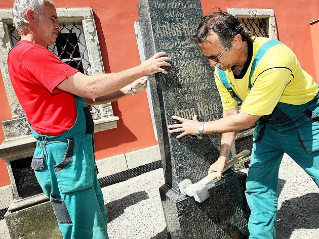 Původně zanedbané pomníky zemřelých původních obyvatel Kravař nalezly důstojné místo na místním hřbitově.