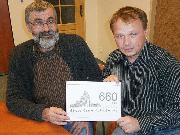 Logo oslav představuje starosta Kamenického Šenova František Kučera společně s ak. mal. Františkem Janákem, zástupcem ředitele šenovské sklářské školy.