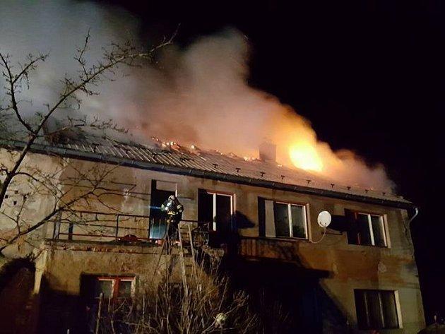 Sedm jednotek hasičů zasahovalo u požáru bývalé zemědělské usedlosti v části obce Mimoň.