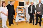 Šetrné a méně bolestivé odstranění nosních mandlí nyní nabízí nemocnice v Mladé Boleslavi. Díky sponzorům má tamní ORL přístroj, který na rozdíl od klasického odstranění nosní mandle nepoužívá ostré chirurgické nástroje.