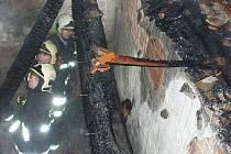 V objektu bývalé restaurace hořelo podkroví a střecha. Příčina požáru se vyšetřuje.