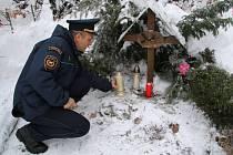 Zítra uplyne 10 let, kdy profesionální hasič Dušan Lipovský zahynul při výkonu svého povolání při odstraňování následků orkánu Kyrill v obci Slunečná. Památku kolegy ve středu uctili českolipští hasiči.
