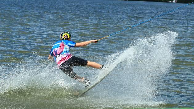 Na hladině Horky se o víkendu proháněli jezdci na vodních lyžích i na prknech.