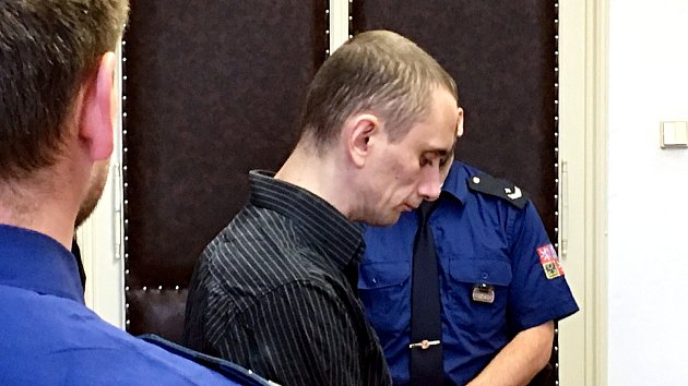 Recidivista Martin Tesař u Okresníhou soudu v České Lípě.