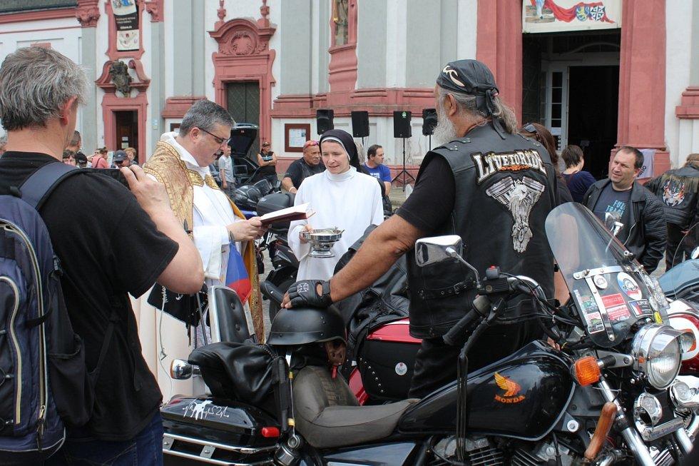 Tradiční žehnání motorkám za bezpečnou jízdu v nové sezoně se konalo v Jablonném v Podještědí.