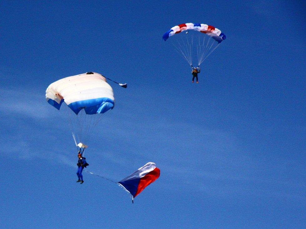 Letecký den na letišti v Liberci přilákal o víkendu tisíce lidí.