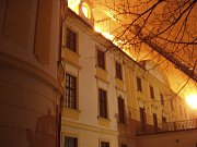 Tři dny trval zásah hasičů u požáru zámku v Zahrádkách. Podílelo se na něm osm hasičských jednotek s devíti cisternovými vozy. Přijela i plošina až z Jablonce nad Nisou.