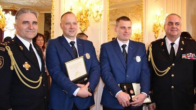 Hasičský záchranný sbor Libereckého kraje nominoval na prestižní ocenění dva strážníky městské policie Nový Bor Martina Rasela a Karla Boušku.