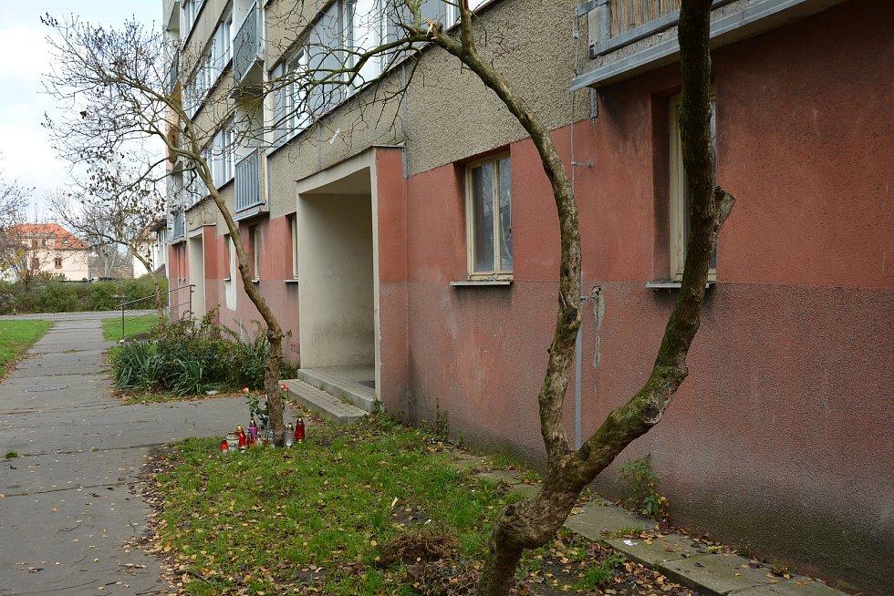 Zapálené svíčky a květiny přibývají u vchodu do panelového domu na malém sídlišti v českolipské čtvrti Kopeček. Sousedé zde takto uctívají památku osmadvacetileté Venduly.