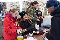 Už potřetí uspořádali mladí turisté na vodním hradě Lipý Dobročinnou topinku, jejíž výtěžek letos poputuje rodině čtrnáctiletého Petra Živsy do Sloupu v Čechách.