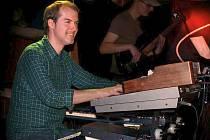 Klavírista a hráč na syntezátory Jan Mendelsson.