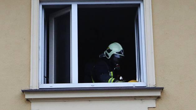 Dvouletá dívka v centru Brna balancovala na parapetu okna. Ve čtvrtém patře