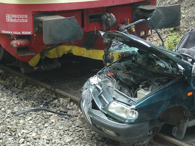K vážné nehodě došlo na stejném přejezdu také loni v srpnu. Rychlík se tu srazil s osobním autem. Dvě ženy ze škodovky utrpěly vážná zranění.
