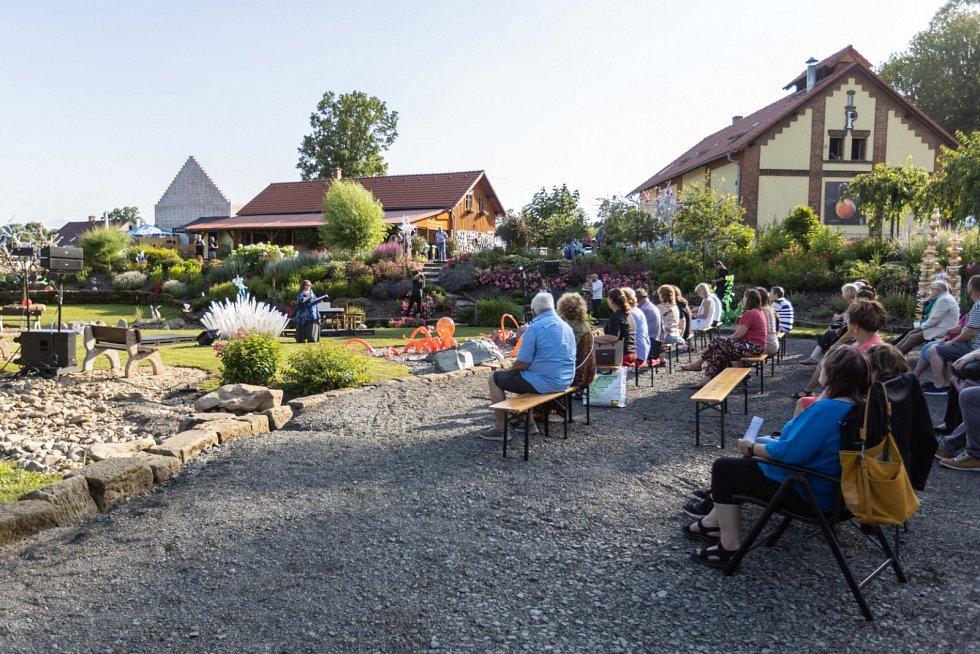 Skleněná hudební zahrada v Kunraticích u Cvikova.