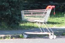 Nákupní košík zaparkovaný před svárovskou ubytovnou