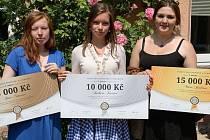 Marie Jindrová (vpravo) získala peněžní odměnu v hodnotě 15 000 Kč a možnost osobně předat své ocenění letošním laureátům Síně slávy.