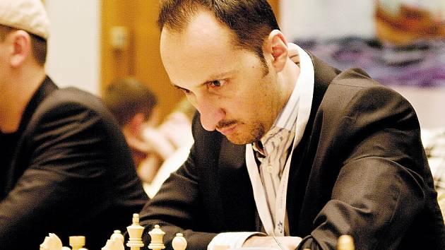 Soustředěný je Veselin Topalov, 9. hráč světového žebříčku FIDE.