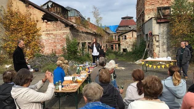Poprvé po dvou letech veřejně debatovaly desítky lidí s majitelem bývalé továrny na lustry Elias Palme v Kamenickém Šenově.