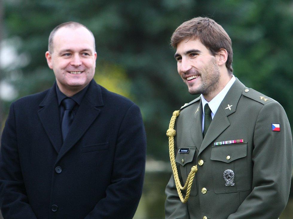 David Svoboda (vpravo), olympijský vítěz v moderním pětiboji z Londýna a plukovník Ladislav Blahník, 1. zástupce ředitele věznice ve Stráži pod Ralskem a válečný veterán, účastník misí IFOR i KFOR.