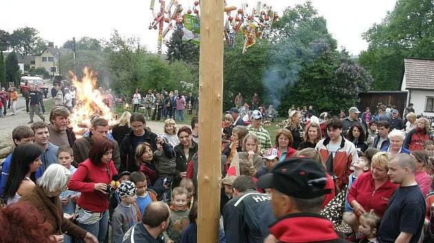 Pálení čarodějnic, které pořádá místní jednotka hasičů, je ve Splavech hojně navštěvované.