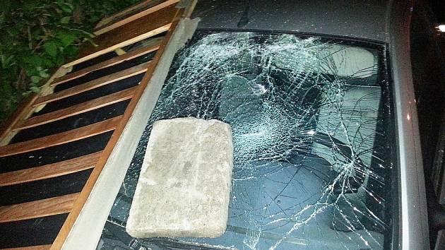 V Havířské ulici v České Lípě poškodil pachatel auto, protože měl spory s jeho majitelem.
