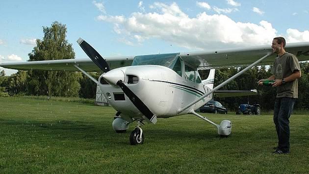 Cessna 182 s imatrikulačními znaky OK – JTV je upravená pro paravýsadky.
