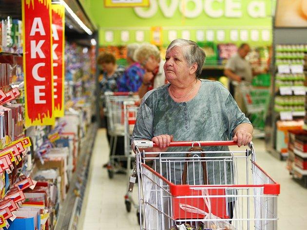 Jako první si do nového supermarketu přišla nakoupit skupinka seniorů a dva školáci. Ti se zásobili energy drinkem.