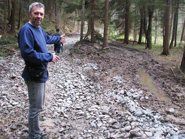 Horolezec a milovník přírody Norbert Hnátek ukazuje na spoušť, kterou v Dolském údolí zanechali dělníci, když připravovali cestu pro těžkou techniku, která bude vyvážet polámané stromy.