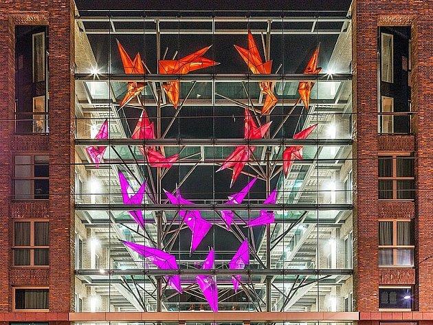 CRYSTAL GROWTH. Netradiční využití klasických sklářských technik v kombinaci s unikátním světelným systémem vymyslel tým lidí z novborské sklářské firmy Kolektiv.