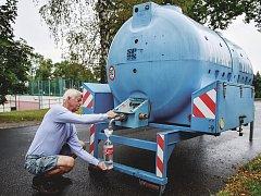 SRPEN. Lidé si v části Nového Boru museli pro pitnou vodu chodit k cisternám (snímek pochází z 24. srpna). Voda v Boru a Okrouhlé obsahovala bakterie Escherichia coli a koliformní bakterie.