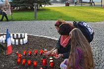Pietní místo, kde lidé mohou vyjádřit svou solidaritu s francouzským lidem a věnovat vzpomínku obětem teroristického útoku, k němuž došlo v pátek 13. listopadu na šesti místech v Paříži, vzniklo před radnicí v Novém Boru.