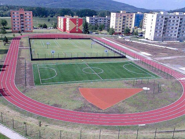 ZŠ ve Stráži pod Ralskem má moderní sportovní areál. Jeho součástí je běžecký ovál a fotbalové hřiště s umělým trávníkem.