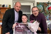 JANA JAROVOJOVÁ (uprostřed),  šéf odborové organizace Crystalexu Pavel Sedlák (vlevo) a personální ředitel Pavel Brzák (vpravo).