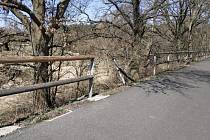 Na cyklostezce Varhany řádili o víkendu vandalové. Ve středu probíhala oprava zábradlí.