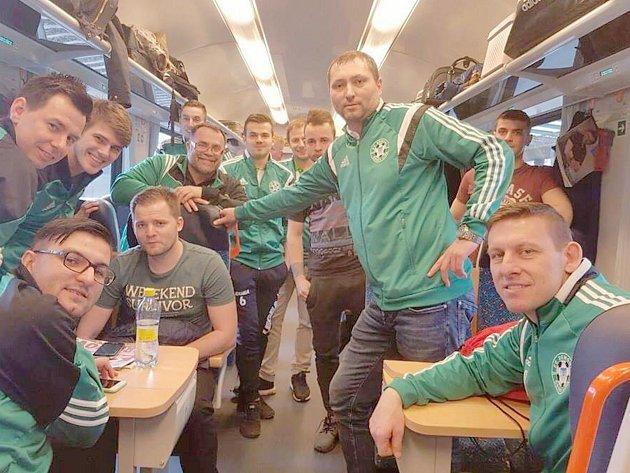 Démoni odjeli k pátečnímu zápasu do Třince vlakem.