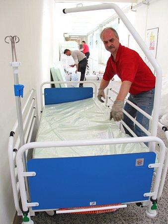 Sto nových polohovacích lůžek spříslušenstvím a kvalitní dorozumívací a signalizační systém změnily klepšímu pobyt pacientů na lůžkových odděleních českolipské nemocnice.