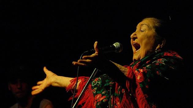Osmdesátiletá Jarmila Šuláková vystoupila v kulturním domě Crystal za doprovodu skupiny Fleret.