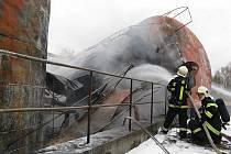 V areálu bývalého skladu Benziny vybuchla nádrž. Na místě zasahovali hasiči z České Lípy Nového Boru, Zákup, Skalice u České Lípy a z Mimoně s patnácti cisternovými vozy.
