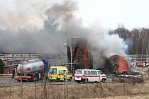 Dva lidské životy a dva těžce zraněné si vyžádal výbuch nádrže s hořlavinami v bývalém skladu pohonných hmot.