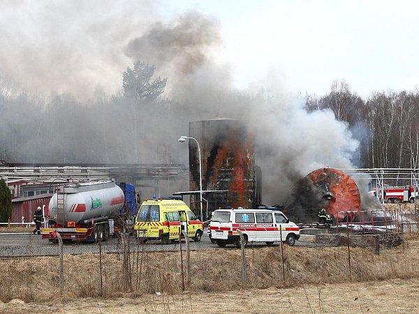 Dva lidské životy a dva těžce zraněné si vyžádal výbuch nádrže shořlavinami vbývalém skladu pohonných hmot.