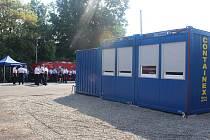 Dočasné zázemí profesionálních hasičů v Doksech. Velitelský kontejner