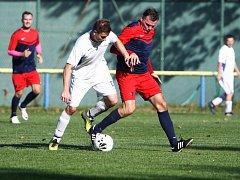 Sosnová - Bukovany 0:1 (0:0). Slipčenko v souboji s hostujícím Hlubučkem (v bílém).