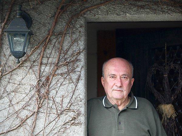 Jiří Palach žije vKamenickém Šenově od roku 1966, pocházela odtud jeho žena (zemřela vroce 2003).