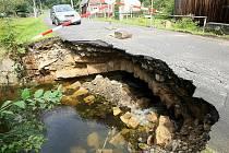 Historický klenbový most z pískovcových kamenů v Mařeničkách na Českolipsku z poloviny rozbořila povodňová vlna, která se prohnala o minulém víkendu potokem Svitávka. Most se propadl až čtvrtou noc po velké vodě.