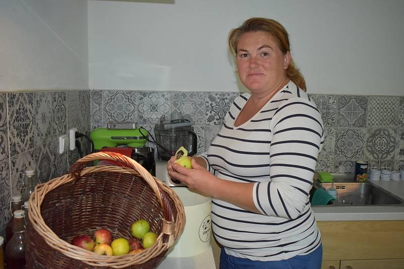Michaela Bílková v kuchyni chalupy v Blíževedlech u Úštěku, kde vaří marmelády.