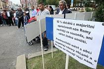 Na novoborském náměstí demonstrovalo na začátku září šedesát Romů, kteří chtějí od města bydlení nebo peníze.