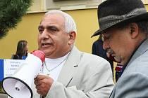 Na novoborském náměstí demonstrovalo šedesát Romů, kteří chtějí od města bydlení nebo peníze.