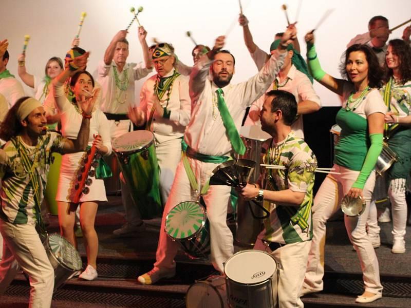 Prohlédněte si galerii z předchozího ročníku, který byl více než pestrý. Novinkou letošního karnevalu bude stánek pravé brazilské restaurace Ambix baru, kde budete moci ochutnat cizokrajné speciality.