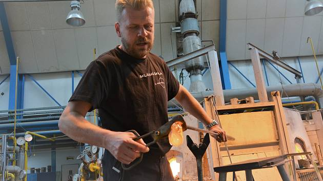 Pavel Tille, vedoucí školní sklářské hutě v Novém Boru.