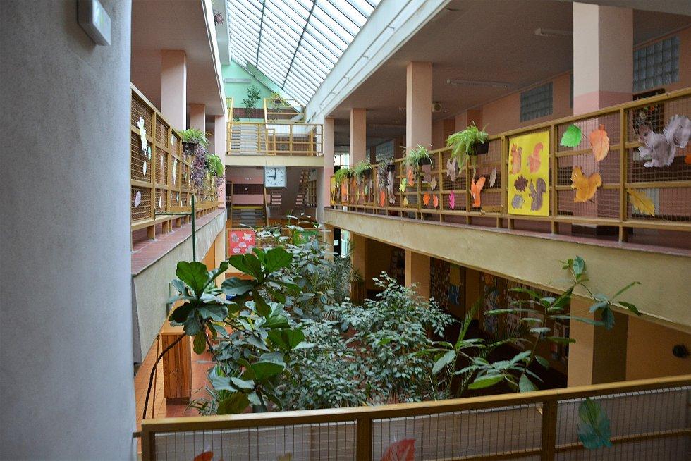 Liduprázdná školní budova.